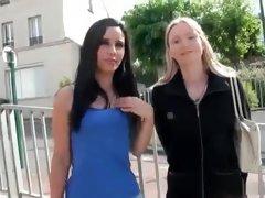 Sexy brunette vie sa premiere experience du sexe a plusieurs avec une jolie blonde comme coach.