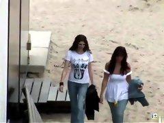 Op de hotelkamer neuken de twee meiden elkaar